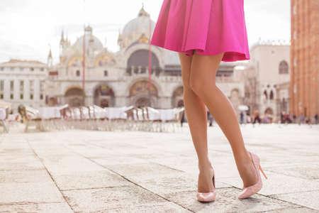 Photo pour Elegant lady with beautiful legs in high heel shoes - image libre de droit