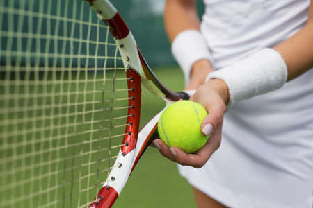Photo pour Tennis player holding racket and ball in hands - image libre de droit