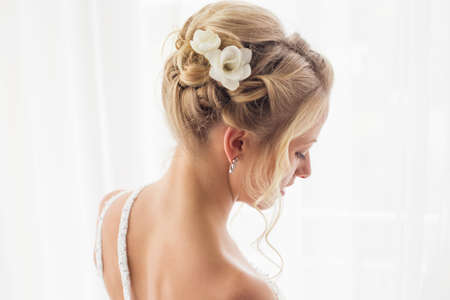 Photo pour Beautiful brides hairstyle for wedding - image libre de droit