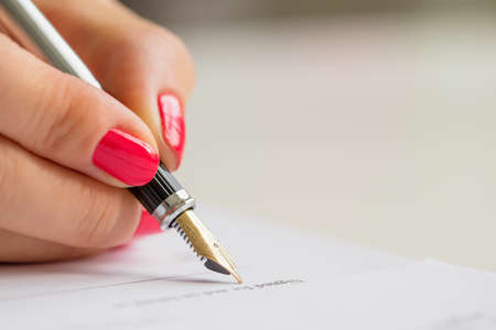 Photo pour Woman signing contract - image libre de droit