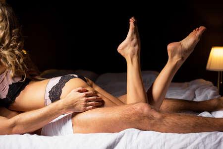 Foto de Couple having sex in bedroom - Imagen libre de derechos