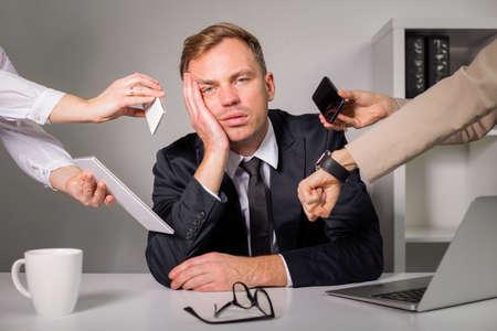 Foto de Tired man being overloaded at work - Imagen libre de derechos