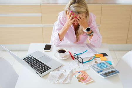 Foto de Worried housewife having money problems and bills to pay - Imagen libre de derechos
