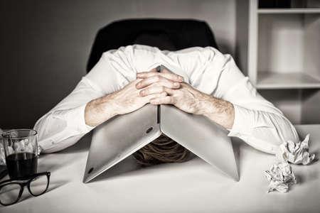 Photo pour Burnout and failure at work - image libre de droit