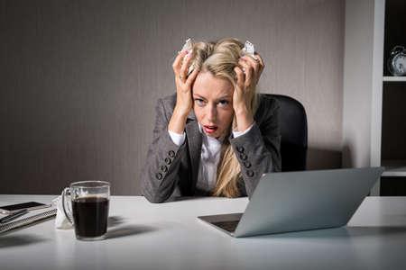 Foto de Woman having bad day at office - Imagen libre de derechos