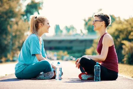 Photo pour Two young women is having break after exercise. - image libre de droit