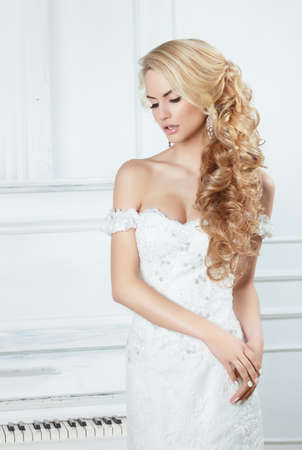 Photo pour Portrait of the bride with long locks. In a white dress. - image libre de droit