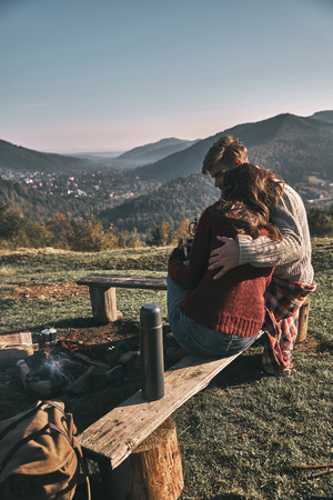 Photo pour Beautiful young couple having morning coffee while spending carefree time in mountains - image libre de droit