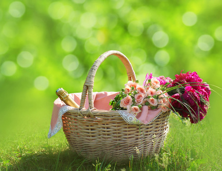 Foto de Romance, love and valentine's day concept - sweet basket with bouquet of flowers on the grass. Spring fresh relax background - Imagen libre de derechos