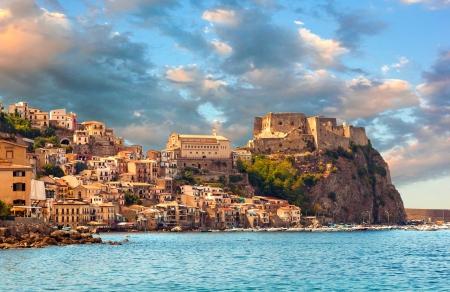 Foto de Scilla, Castle on the rock in Calabria during sunset, Italy - Imagen libre de derechos