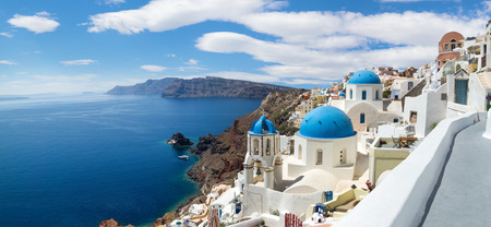 Foto de Panoramic view of the Oia village under puffy clouds, Santorini island, Greece - Imagen libre de derechos