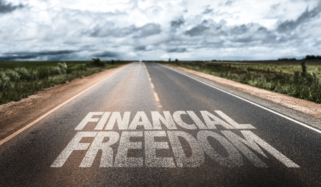Foto de Financial freedom written on the road - Imagen libre de derechos