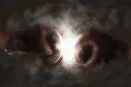 Foto de Two brown old boxing gloves hit together - Imagen libre de derechos