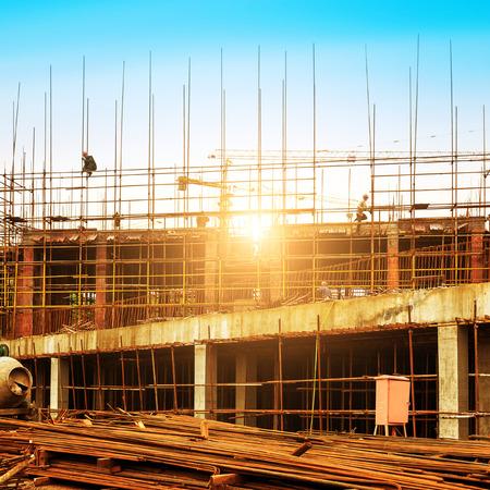 Photo pour Construction site, workers and cranes. - image libre de droit