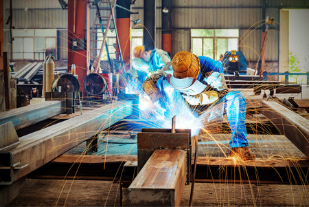 Photo pour Sparks from the cutting of steel produced - image libre de droit