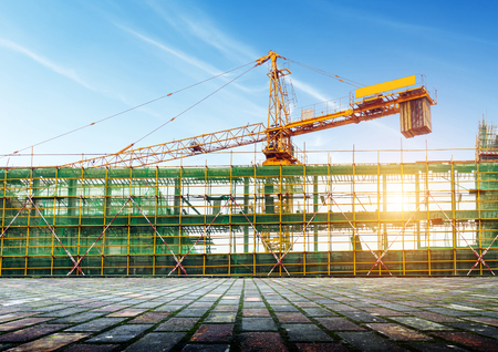 Photo pour Construction site scaffolding and cranes - image libre de droit