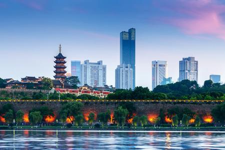 Photo pour Pagoda and city walls on the shores of Xuanwu Lake, Nanjing, China. - image libre de droit