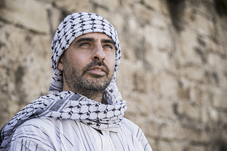 Photo pour Proud arab man wearing Keffiyeh - image libre de droit