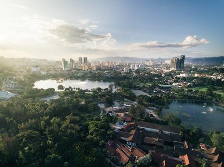 Foto de aerial view of Titiwangsa lake with evening sunlight located in Kuala Lumpur, malaysia - Imagen libre de derechos