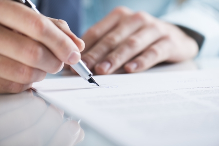 Photo pour Businessman is signing a contract, business contract details - image libre de droit