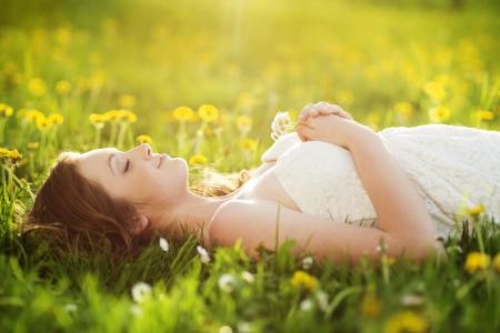 Foto de Happy young woman enjoying lovely day outside - Imagen libre de derechos