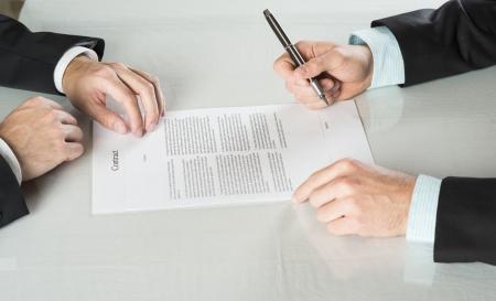 Foto de Businessmen are signing a contract, business contract details - Imagen libre de derechos