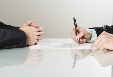 Foto de Businessmen are signing a contract, business contract details - Imagen libre de derechos