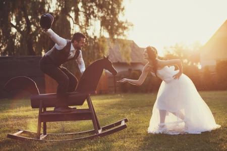 Photo pour Beautiful bride and groom portrait in nature - image libre de droit