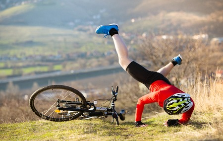 Foto de Mountain bikker is having painful accident on the bike  - Imagen libre de derechos