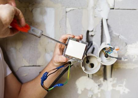 Photo pour Electrician working - image libre de droit