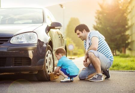 Foto de Young father with his little son washing car - Imagen libre de derechos