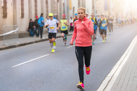 Photo pour Beautiful young woman running in the city competition - image libre de droit