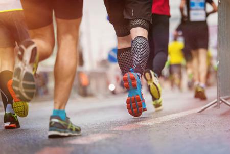 Photo pour Unrecognizable young runners at the city race - image libre de droit