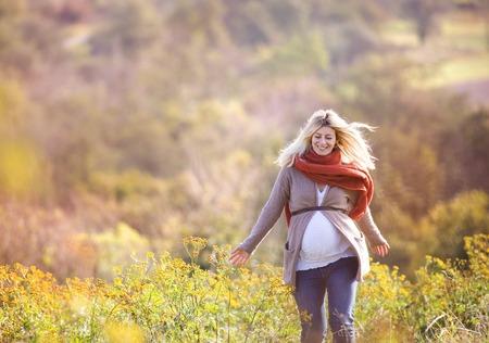 Photo pour Portrait of beautiful pregnant woman in a field - image libre de droit