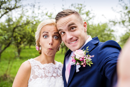 Photo pour Beautiful young wedding couple outside in nature - image libre de droit