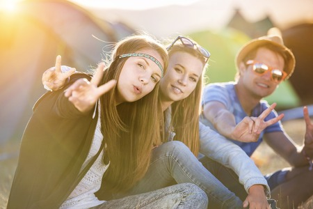 Photo pour Group of beautiful teens camping at summer festival - image libre de droit