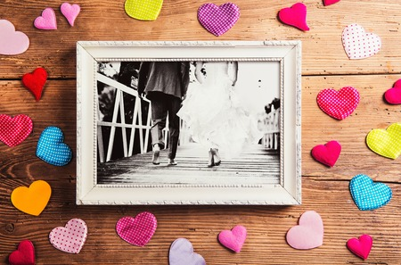 Photo pour Picture frame with wedding photo. Studio shot on wooden background. - image libre de droit