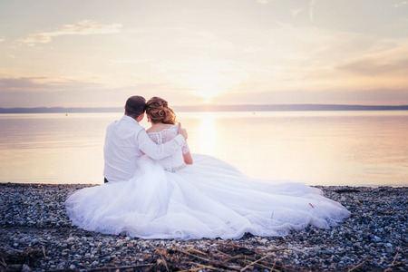 Photo pour Beautiful young wedding couple at the shore - image libre de droit