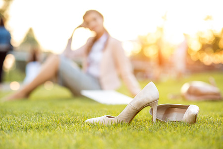 Photo pour Beautiful young business woman sitting in a park - image libre de droit