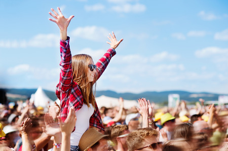 Photo pour Teenagers at summer music festival enjoying themselves - image libre de droit