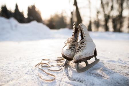 Photo pour Old womans ice skates on the ice. - image libre de droit