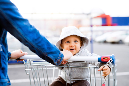 Photo pour Mother with baby boy in the car park, going shopping. - image libre de droit