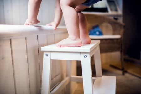 Photo pour Toddler boy in a dangerous situation in the bathroom. - image libre de droit
