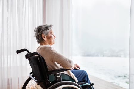 Foto de Senior woman in wheelchair at home. - Imagen libre de derechos
