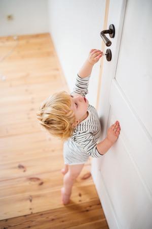 Photo pour Toddler child in a dangerous situation at home. - image libre de droit