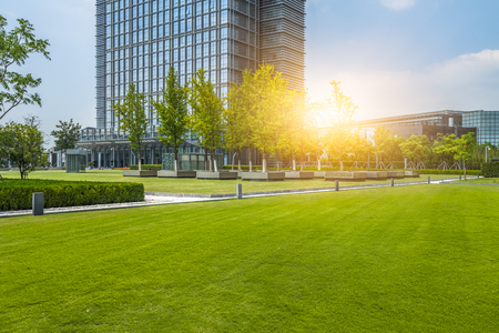 Photo pour beautiful green field near modern office building - image libre de droit