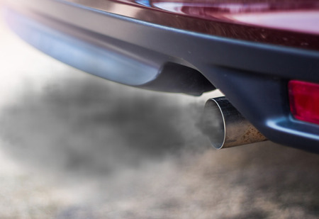 Foto de combustion fumes coming out of car exhaust pipe - Imagen libre de derechos