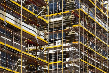 Photo pour scaffolding on building - building facade with scaffolds - image libre de droit