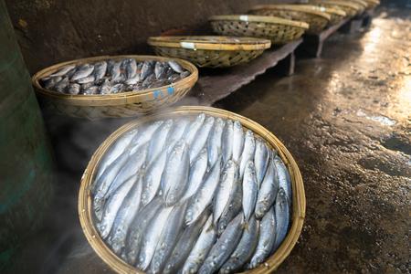 Photo pour Boiled fish basket. Seafood processing at fish market in Quy Nhon, south Vietnam - image libre de droit