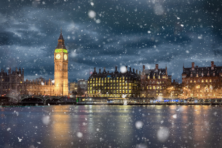 Foto de Big Ben and Westminster on a cold winter night with falling snow, London, United Kingdom - Imagen libre de derechos